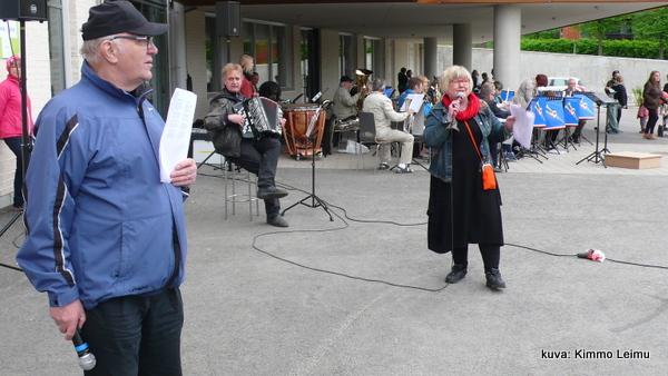 Mirja Lavonen-Niinistö laulatti yleisöä