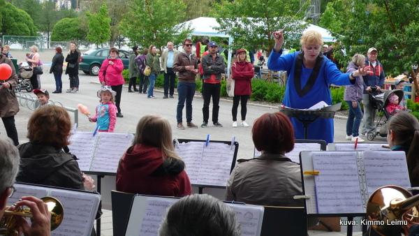 Jyväskylän Puhallinorkesterin musiikki sopi hienosti tapahtumaan